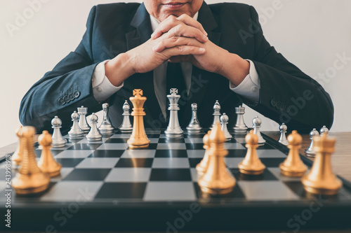 Photo  Businessman leadership playing chess and thinking strategy plan about crash over