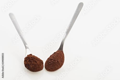 Foto op Plexiglas koffiebar cucchiai con caffè macinato e caffè liofilizzato dall'alto