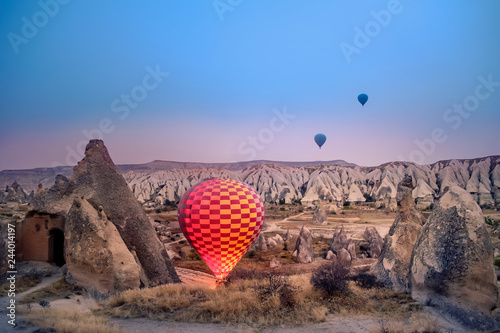 Photo Beautiful hot air balloons flying over Cappadocia landscape at sunrise