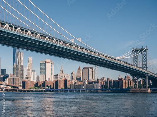 Tuinposter New York City View of the Manhattan Bridge on a summer day