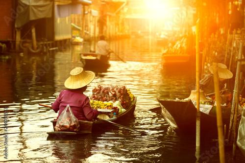 Obraz thai fruit seller sailing wooden boat in thailand tradition floating market - fototapety do salonu