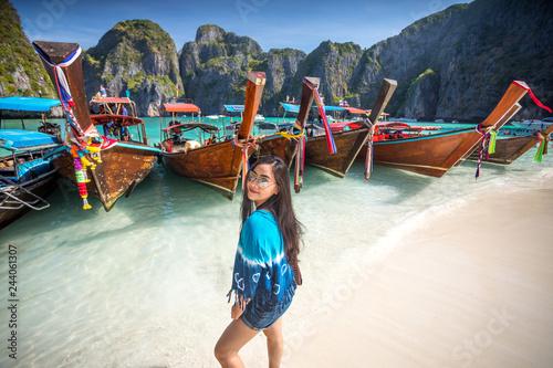 Fotomural Young asian woman posting on the Maya bay