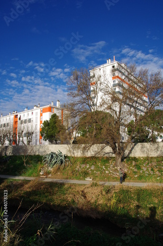 Valokuva  Bâtiment moderne blanc et rouge et ciel bleu dans un lotissement d'une ville de