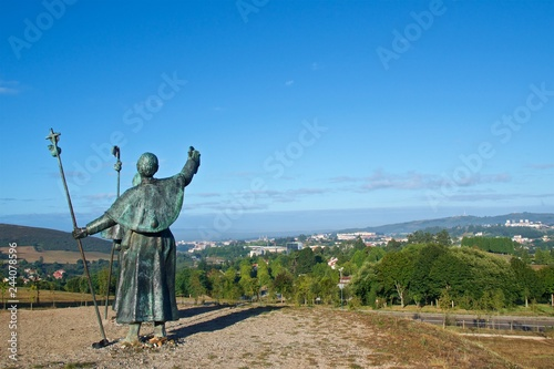 Statues of Pilgrims pointing the cathedral on Monte do Gozo in Santiago de Compo Fototapete