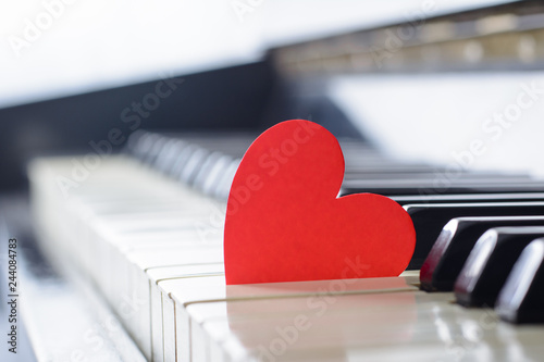 Fotografía  Red bright heart on a keyboard of an old piano