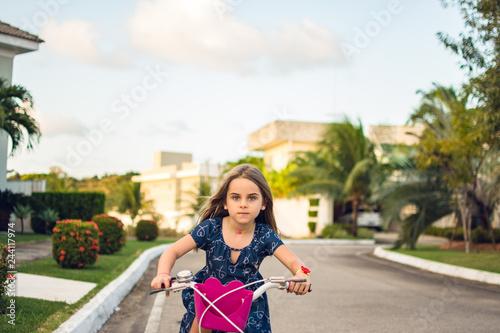 Tela Criança brinca bicicleta correndo