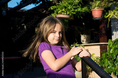 Fotografering  Criança menina com caras surpresas