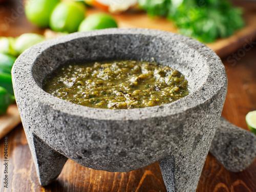 Fotografía mexican salsa verde in traditional stone molcajete