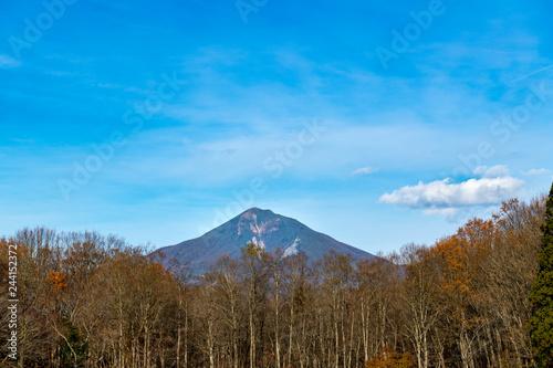 林と秋の会津磐梯山