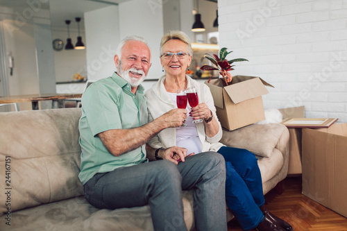 Photo Cheerful senior couple moving into new home