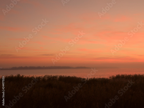 Papiers peints Corail Lichtstimmung am Abend bei Zarrenzin mit Blick zur Insel Bock im Nationalpark Vorpommersche Boddenlandschaft, Mecklenburg Vorpommern, Deutschland