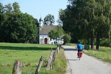 Radfahrer An Der Kapelle In Bi...