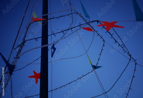 Photo Colorful decorations on a boat's mainmast