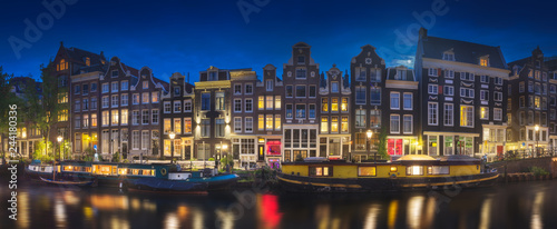 Fotografiet  River, traditional old houses and boats, Amsterdam