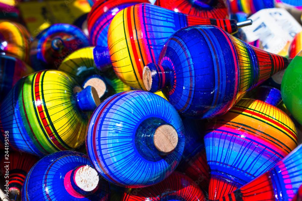 Photo & Art Print Hay muchos trompos con muchos colores en
