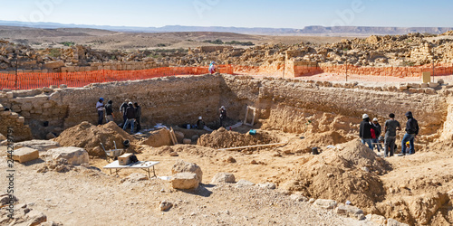 Photo an archaeological dig at shivta national park in israel showing archaeologists a