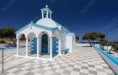 Foto  Church in Greece, Cyclades. The blue sky in background