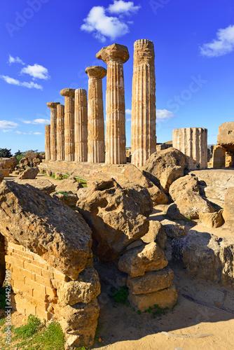 Plakat Pozostałości starożytnych świątyń greckich w Agrigento na Sycylii
