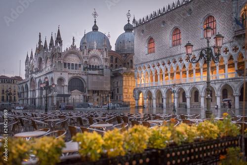 Foto  Rainy early morning in Venice