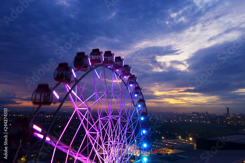 Fototapeta Beautiful scenery of ferris wheel with twilight sky obraz