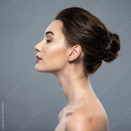 Cuadros en Lienzo Beautiful woman cares for the skin neck