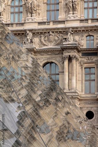 Louvre vor alter Fassade Tableau sur Toile