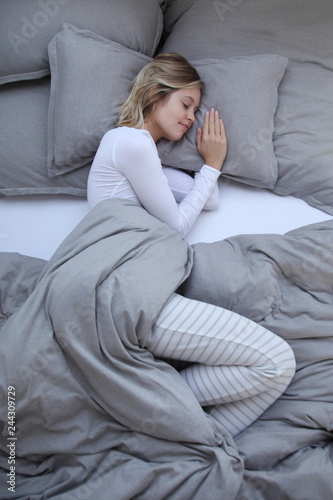 Photo  Junge Frau schlafend in einem Bett