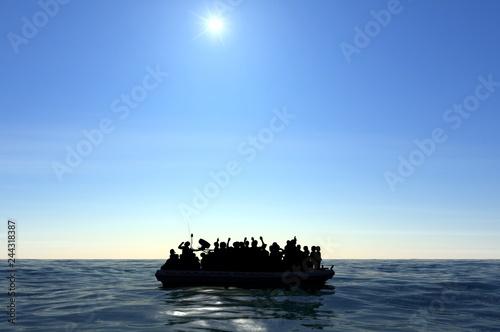 Photo Profughi su un grande gommone in mezzo al mare che richiedono aiuto