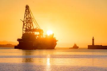 Platforma morska o wschodzie słońca