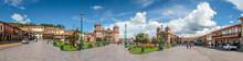 Panorama Des Marktplatzes (Plaza De Armas) Der Stadt Cusco In Peru Mit Kathedrale Und Blauem Himmel