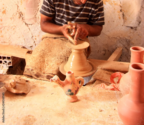 homme fabricant une poterie