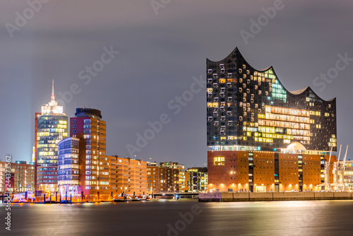 Tuinposter Theater The famous Elbphilharmonie and Hamburg harbor at night