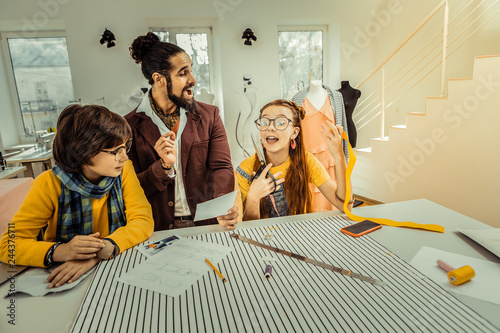 Fotografía  Father and children feeling emotional while designing clothes