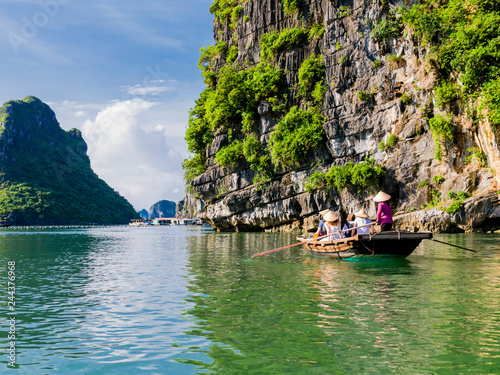 Poster Lieu connus d Asie Tourists enjoying a boat trip through the limestone mountains of halong bay