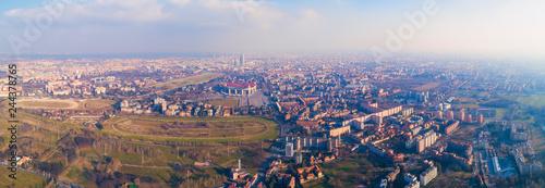 Plakat Panoramiczny widok na Mediolan (Włochy), południowo-zachodni teren, tor wyścigowy, park Trenno i stadion Meazza, powszechnie znany jako San Siro.