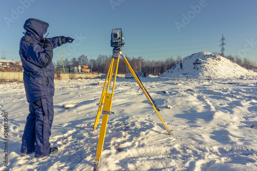 Papiers peints Arctique The cadastral service worker conducts surveying and topographic measurements