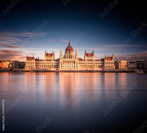 The Hungarian Parliament in sunset Fototapete