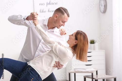 Photo Beautiful couple dancing at home