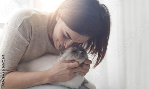 Fotografía  Woman hugging and petting her cat