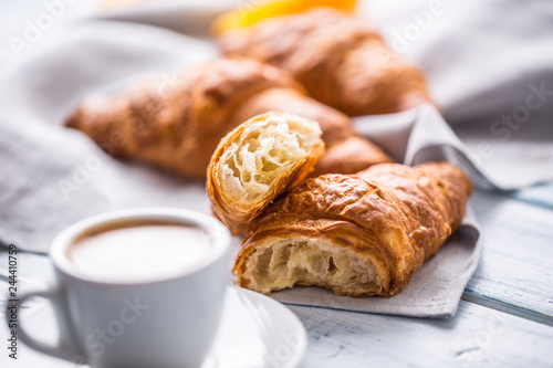 Foto Fresh buttery croissants with coffee