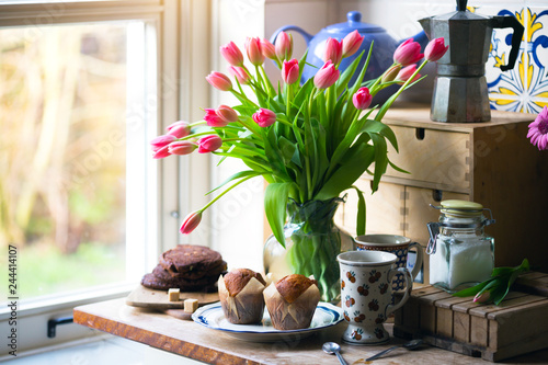 Photo  pink tulips in a vase
