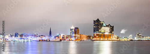 Fotomural Panorma of the famous Elbphilharmonie and Hamburg harbor at night