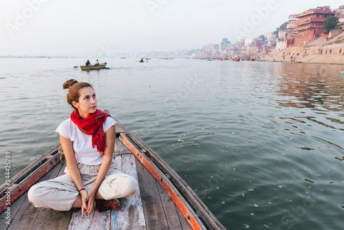 Zachodnia kobieta na łodzi badającej rzekę Ganges