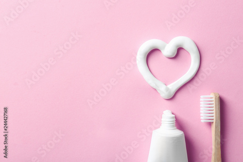 Photo Flat lay composition with heart shape made of toothpaste and space for text on c
