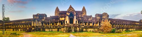 Naklejka premium Angkor Wat o wschodzie słońca. Siem Reap. Kambodża. Panorama