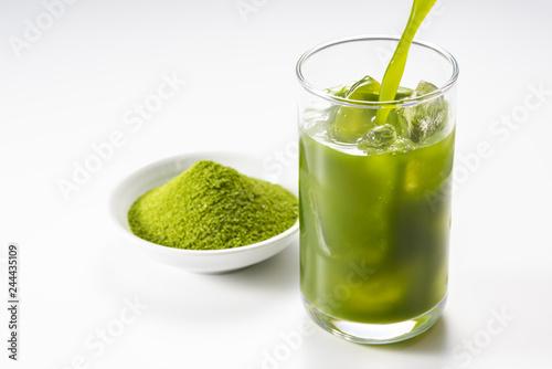 ガラスのコップに青汁を注ぎ入れる Canvas-taulu
