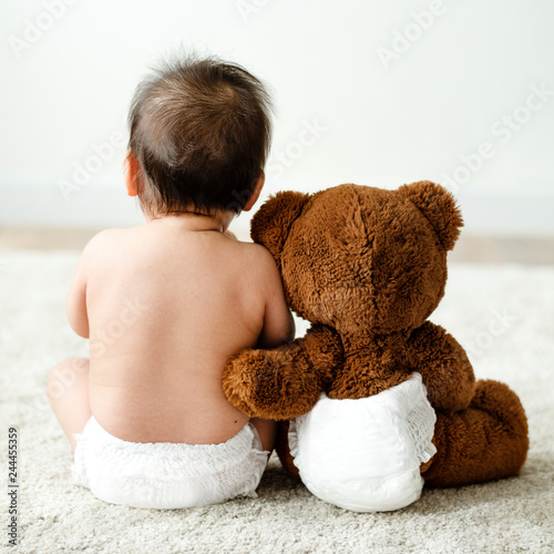 Obraz Back of a baby with a teddy bear - fototapety do salonu