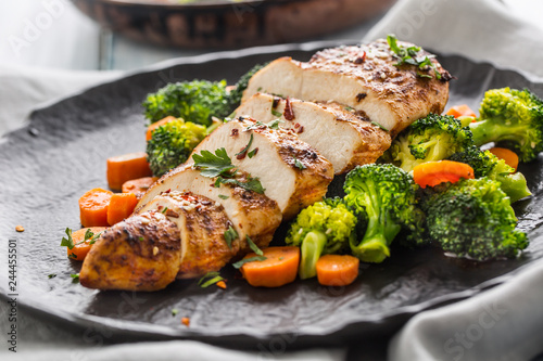 Cuadros en Lienzo Roasted chicken breast with broccoli carrot and sesame