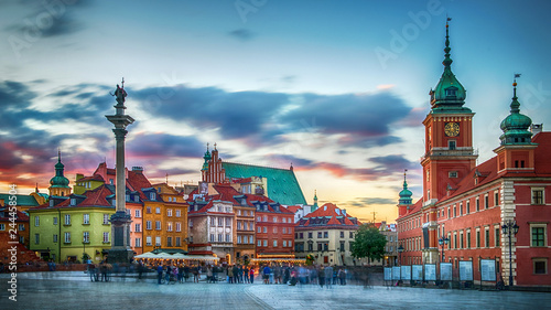 Fototapeta Panoramic view on Royal Castle, ancient townhouses and Sigismund's Column in Old town in Warsaw, Poland. Evening view. obraz