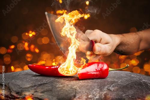Tuinposter Kruiderij Brennende Chili-Schote zerteilt mit einem Messer